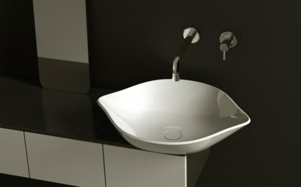 lavabo-a-forme-inhabituelle-noir-et-blanc-et-miroir