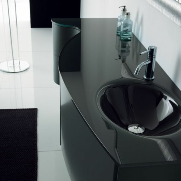 lavabo-noir-salle-de-bain-lumineuse-et-elegante