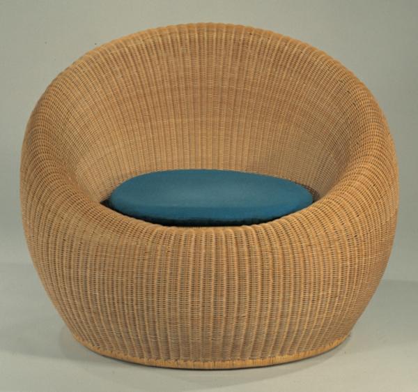 fauteuil-osier-avec-un-coussin-bleu