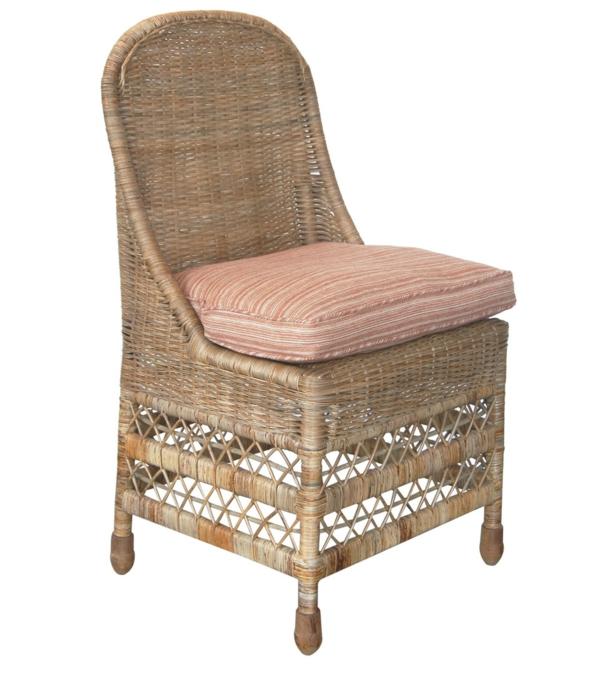fauteuil-osier-avec-un-doux-coussin-rose