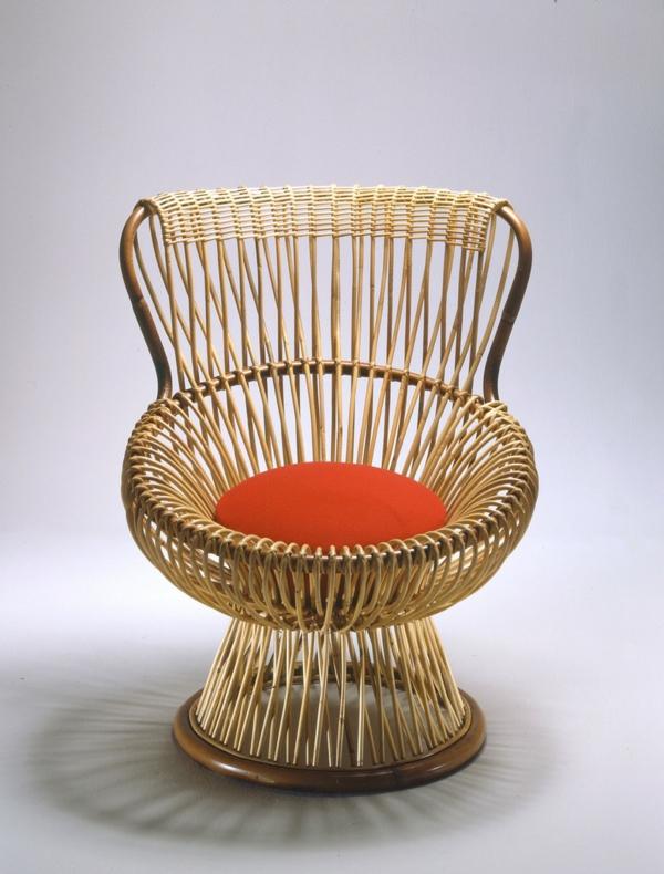 fauteuil-osier-mignon-avec-un-coussin-rouge