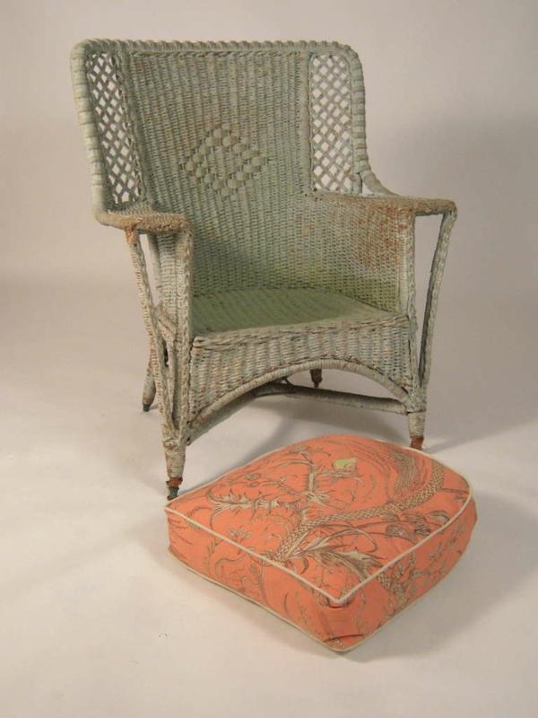 fauteuil-osier-et-un-coussin-décoratif-orange