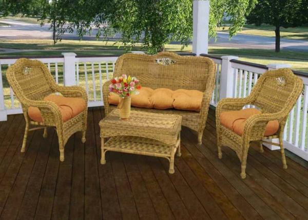 le-fauteuil-osier-clair-et-une-table-d'osier