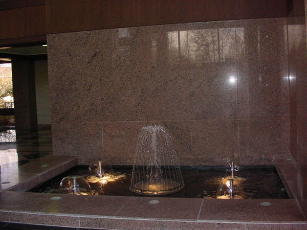 le-fontaine-d'intérieur-design-avec-éclairage