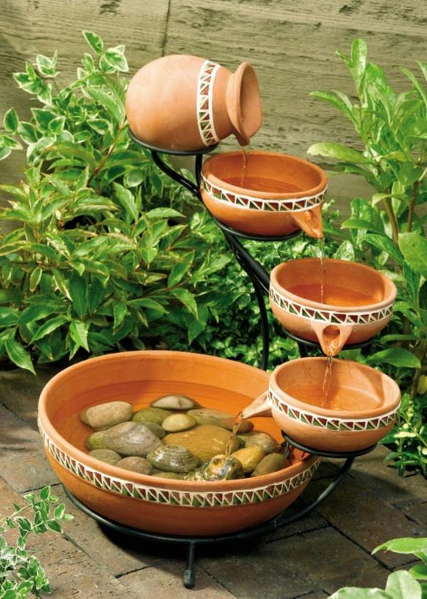 le-fontaine-d'intérieur-design-avec-de-la-poterie-en-argile