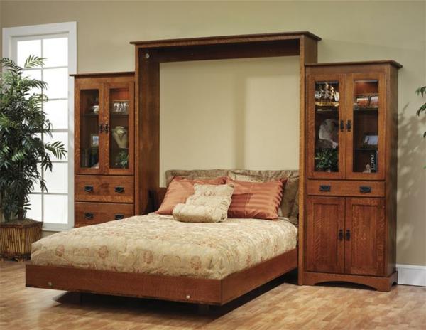 lit-rabattable-et-un-meuble-avec-des-vitrines