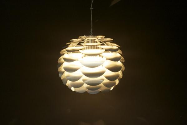 luminaire-suspendu-avec-des-lamelles-en-acier
