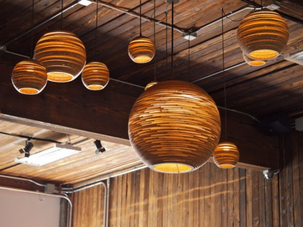 Quelques id es brillantes avec un luminaire suspendu for Luminaire exterieur bois