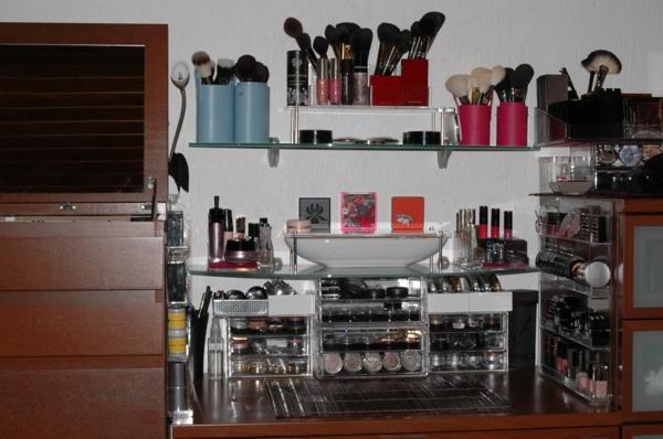 meuble-de-rangement-de-maquillage-des-boîtes-plastiques-et-de-petits-commodes-pour-le-maquillage