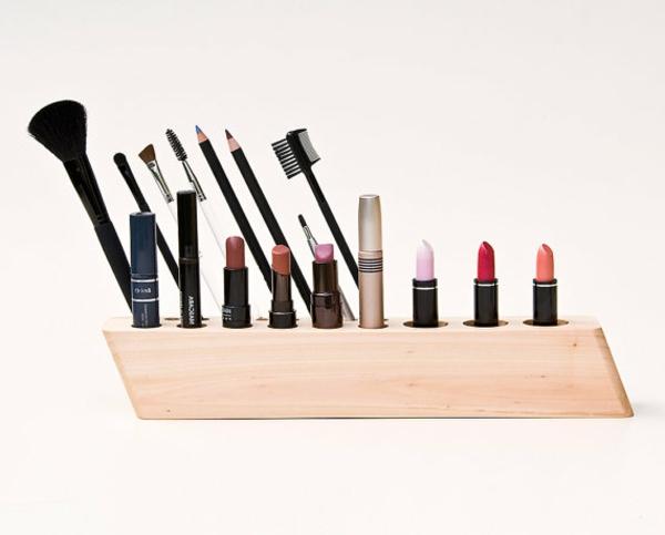 meuble-de-rangement-de-maquillage-en-bois-clair-avec-des-brosses-de-maquillage-et-des-rouges-à-lèvres