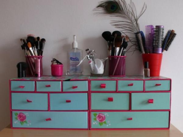 meuble-de-rangement-de-maquillage-petite-armoire-en-rose-et-bleu-avec-des-casiers