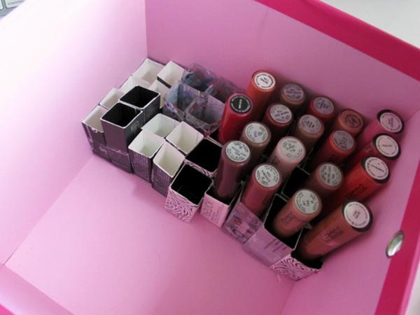 meuble-de-rangement-de-maquillage-une-boîte-de-papier-rose-et-de-petits-casiers-pour-les-rouges-à-lèvres