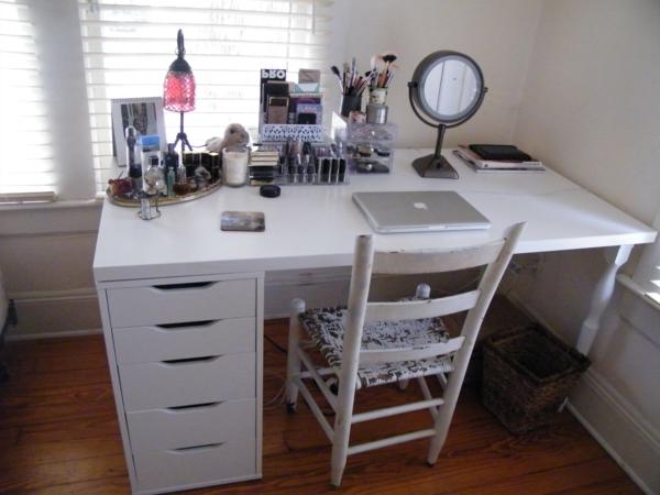meuble-de-rangement-de-maquillage-une-table-blanche-dotée-de-tiroirs