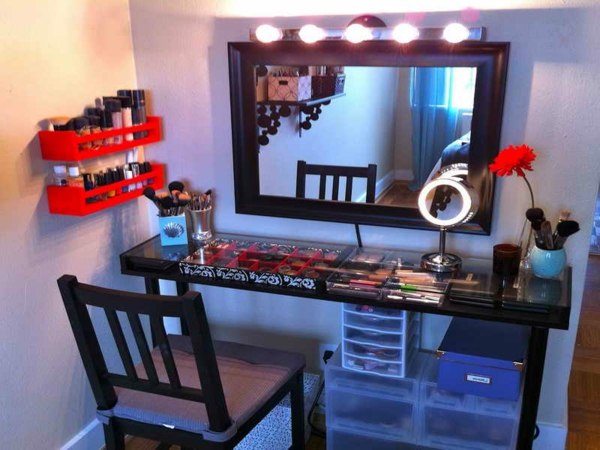meuble-de-rangement-de-maquillage-une-table-et-des-boîtes-plastiques