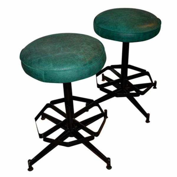 meuble-en-acier-deux-chaises