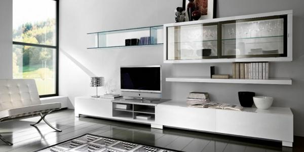 meuble-tv-laqué-blanc-et-une-vitrine-avec-des-verres