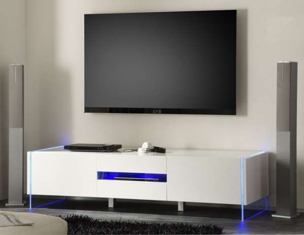 meuble-tv-laqué-blanc-et-un-écran-fixé-au-mur