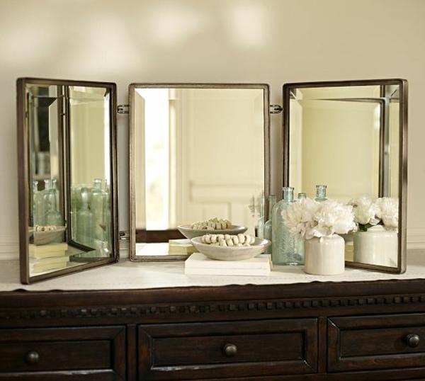 miroir-triptyquesur-et-une-table-avec-commodes-marronne