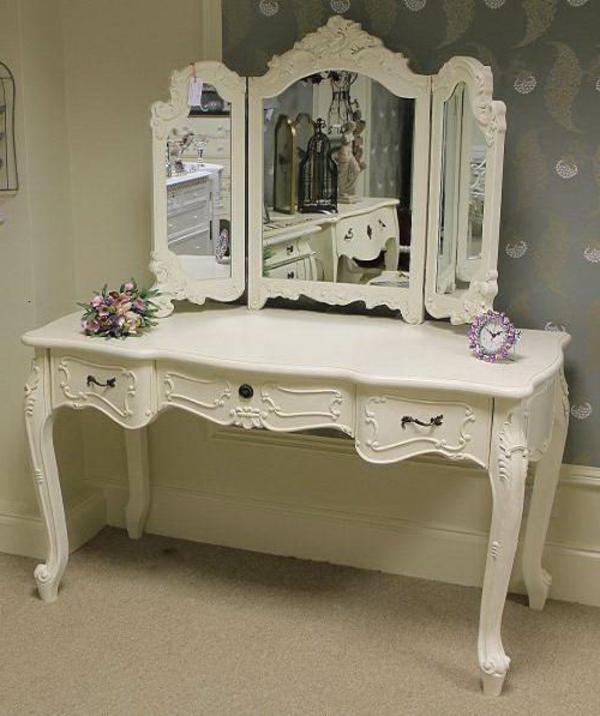 miroir-triptyque-et-jolie-table-blanche