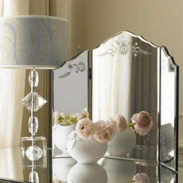 miroir-triptyque-une-lampe-et-décoration-de-roses
