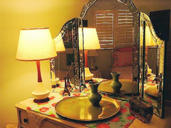 miroir-triptyque-et-une-lampe-de-chevet