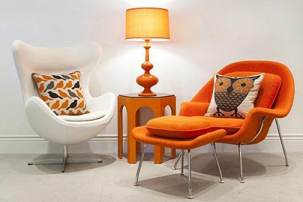mobilier-de-design-contemporain-deux-chaises-et-une-petite-table