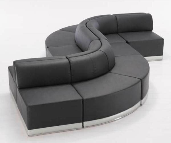 mobilier-de-design-contemporain-un-divan-noir-de-formes-ondulantes