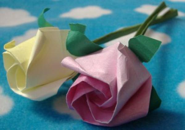 origami-facile-fleur-un-jeu-amusant-deux-roses-sur-table-origami-duration-origami-views