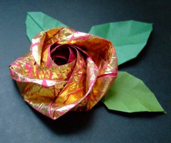 origami-facile-fleur-un-jeu-amusant-lotus-rose-d'or