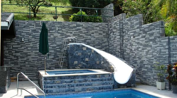 parements-muraux-une-façade-en-pierres-et-une-piscine