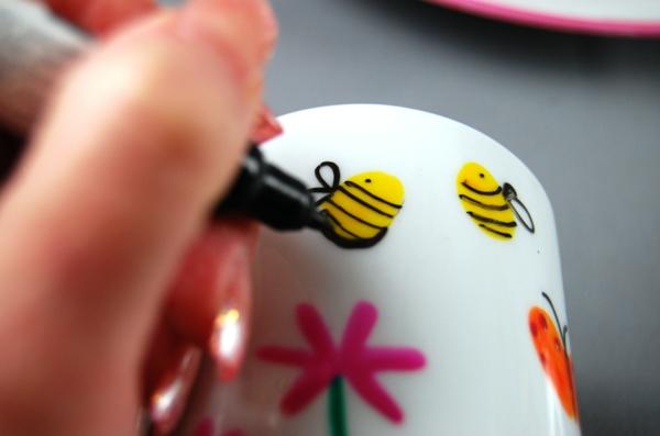 peinture-sur-ceramique-creative-amusante-idee-fleurs-abeilles