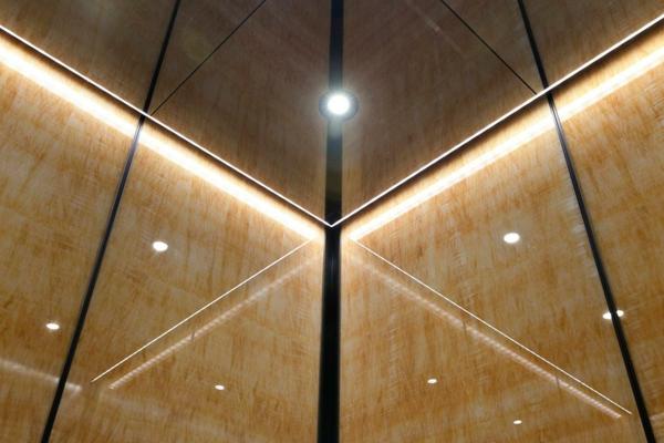 plafond-avec-miroir-dans-un-ascenseur