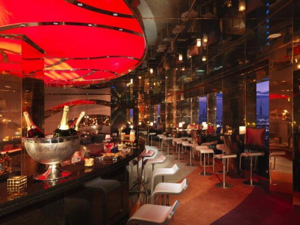 plafond-avec-miroir-dans-un-bar