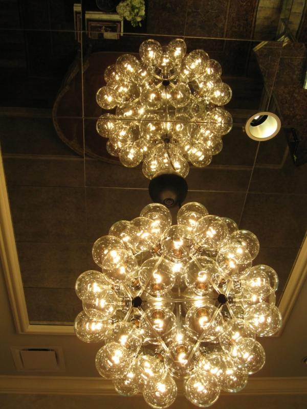 plafond-avec-miroir-et-un-pafonnier-splendide