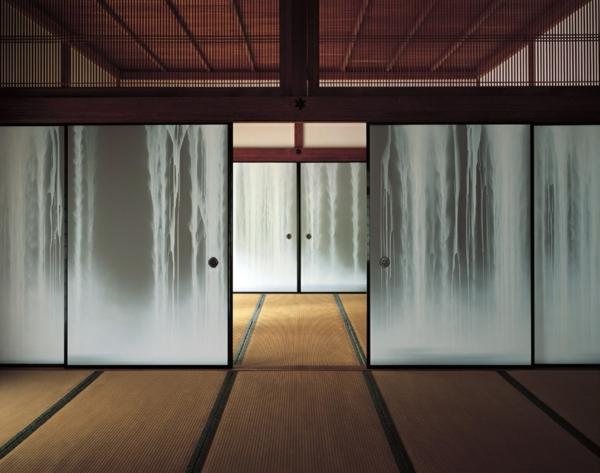 portes- coulissantes-japonaises-avec-une-chute-d'eau