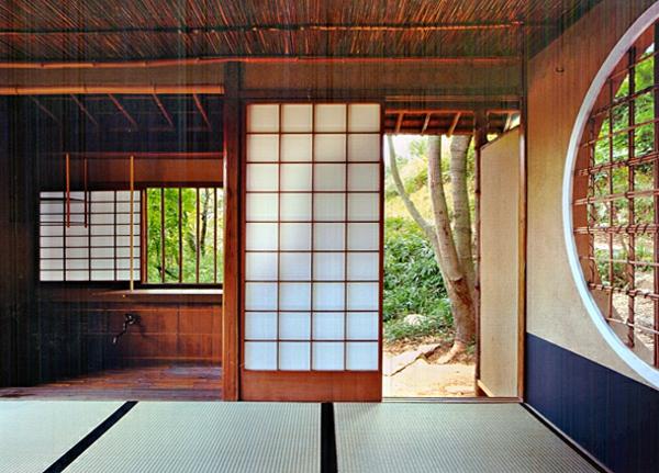 portes-coulissantes-japonaises-donnant-sur-un-jardin