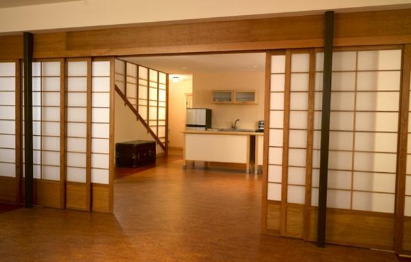 portes- coulissantes-japonaises-en-bois-et-plastique-répartissant-deux-grans-halls