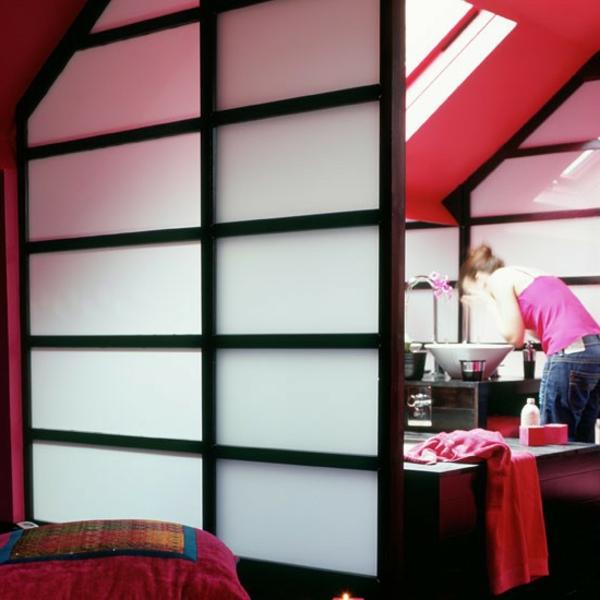 portes-coulissantes-japonaises-vers-une-salle-de-toilettes