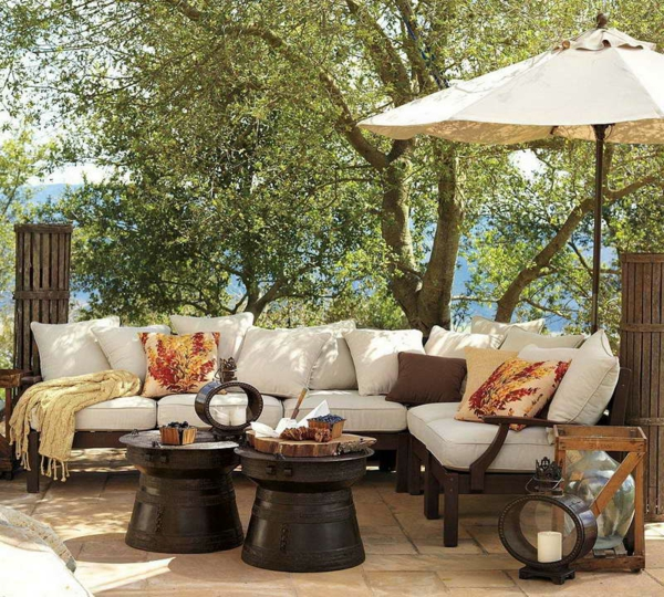 salon-de-jardin-contemporain-beige-coussins-blancs-parasol