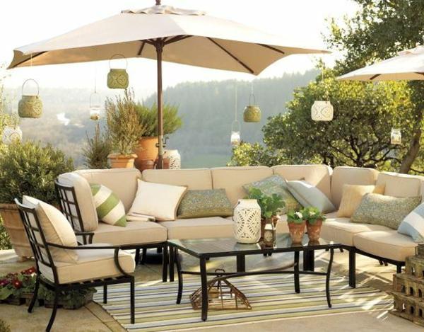 salon-de-jardin-contemporain-beige-coussins-parasol