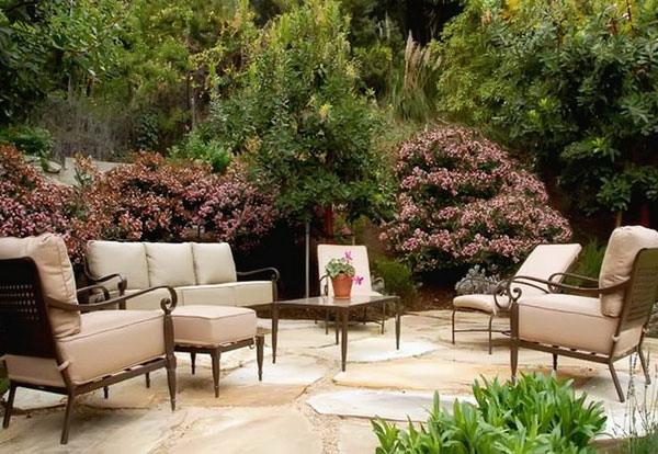 salon-de-jardin-contemporain-beige-coussins-patio-arbustes