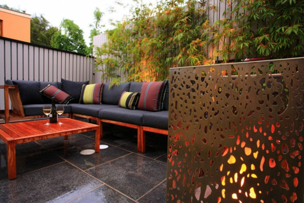 salon-de-jardin-contemporain-carrelage-noir