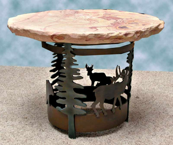 table-basse-en-fer-décoré-de-pins-et-de-cerfs