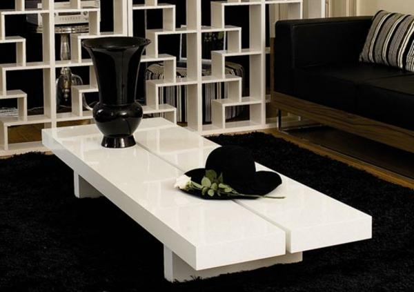 table-laquée-blanche-et-des-éléments-de-l'intérieur-noirs
