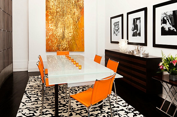 table-laquée-blanche-et-des-chaises-oranges