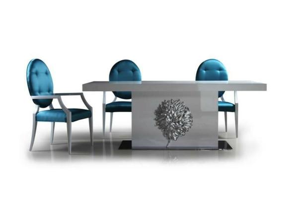 table-laquée-blanche-et-trois-chaises-bleues