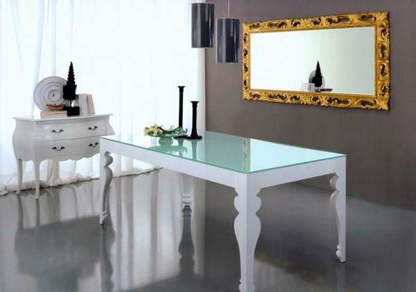 table-laquée-blanche-et-un-miroir-de-cadre-doré