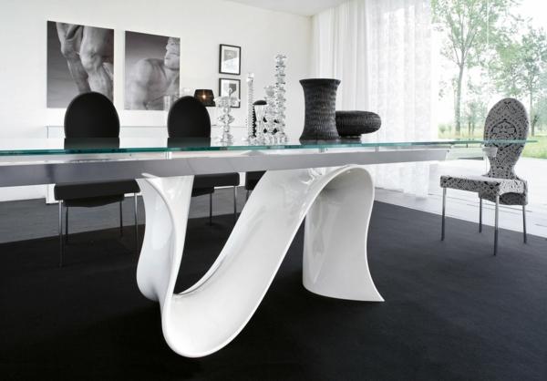 table-laquée-blanche-et-un-tapis-noir