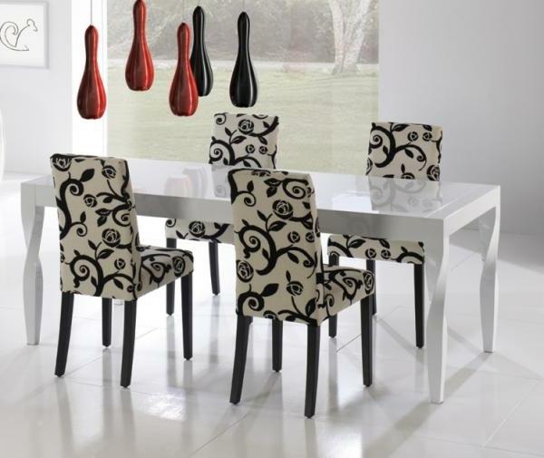 table-laquée-blanche-extensible-des-chaises-en-noir-et-blanc