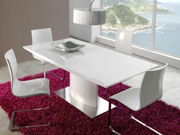 table-laquée-blanche-sur-un-tapis-pourpre